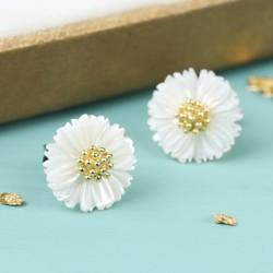 White Shell Daisy Stud Earrings